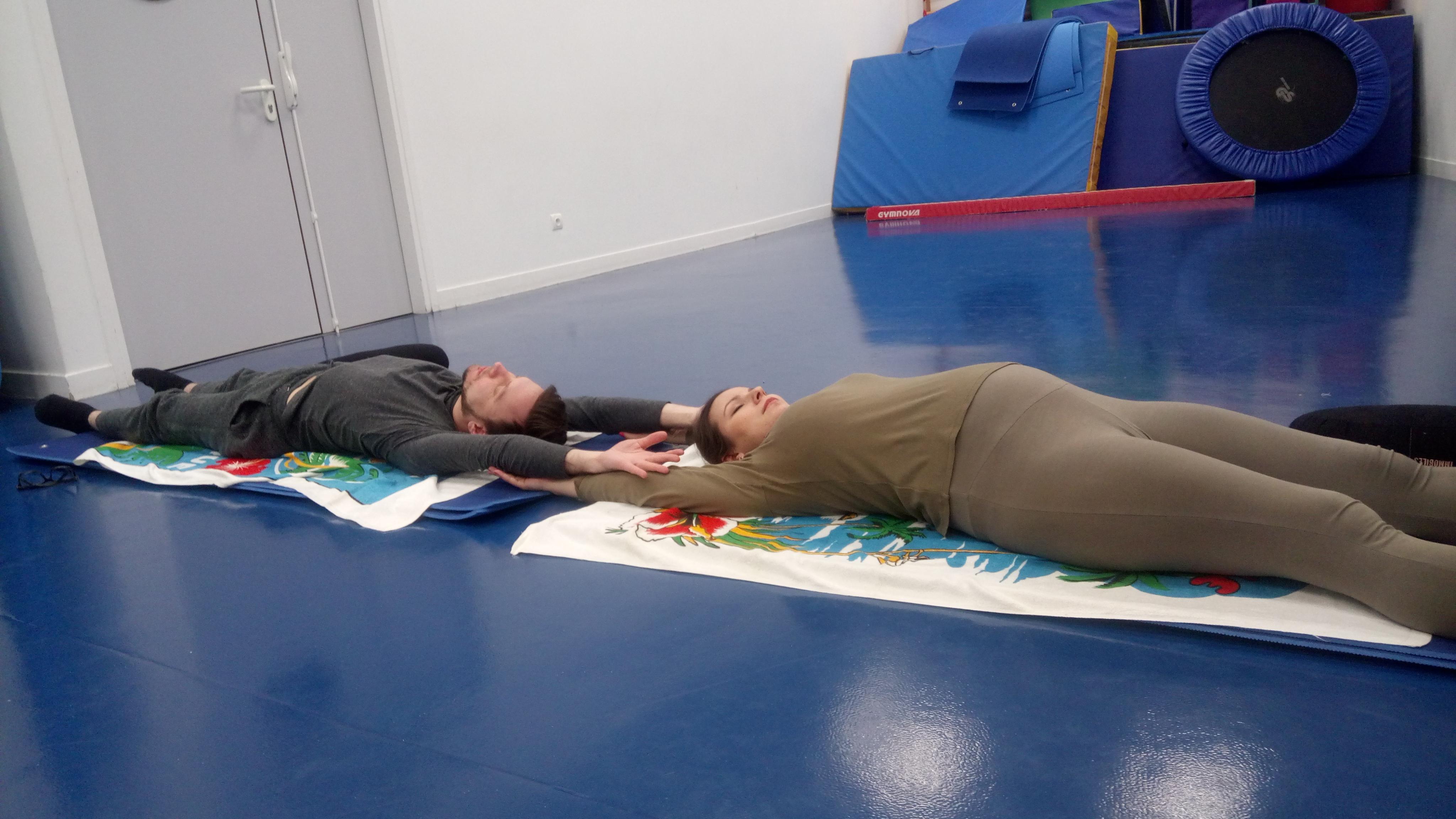 Yoga pr natal bien vivre sa grossesse actisbonheurs - Gym avec une chaise bernadette de gasquet ...